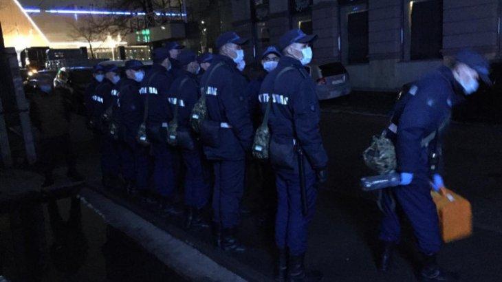 Полицейлер мен сарбаздар Almaty Towers тұрғын үй кешенін қоршауға алды