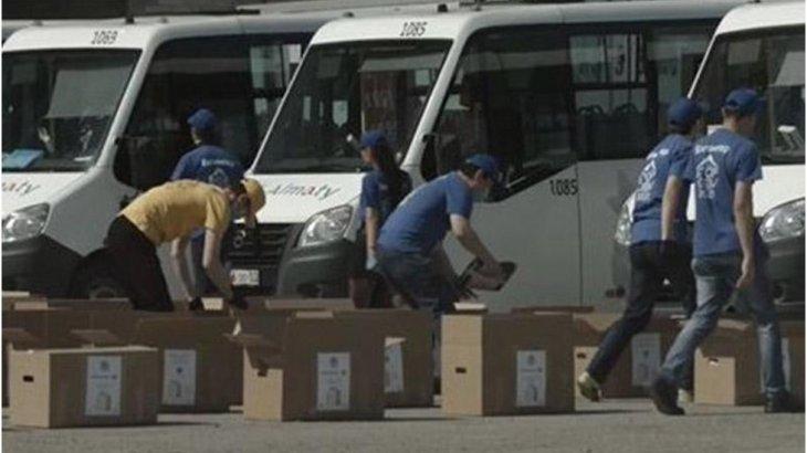 Алматылық волонтерлер мұқтаж жандарға азық-түлік жеткізді