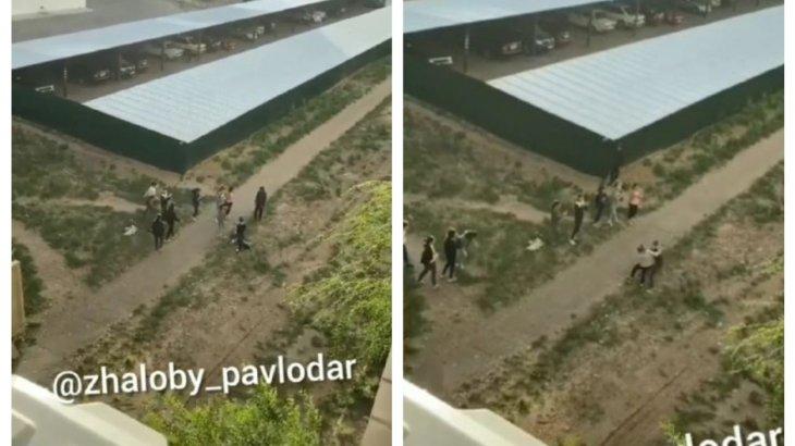 Павлодарда төбелескен екі оқушы қызды достары ажыратуға тырыспаған (ВИДЕО)