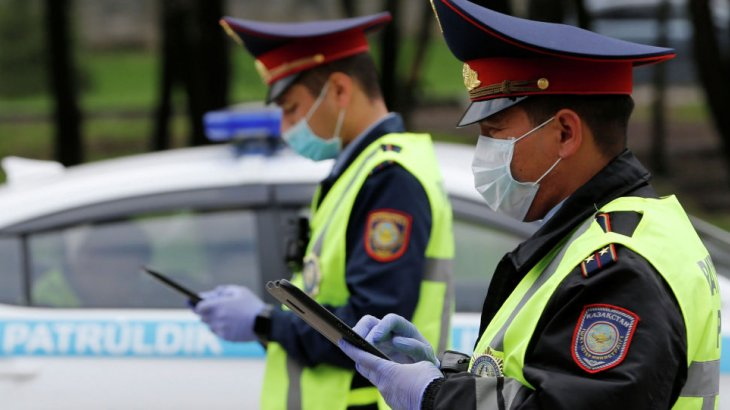 «Сендерсіз елде тәртіп сақталмайды»: түркістандық ақын полицейлердің «астына көпшік қойды»