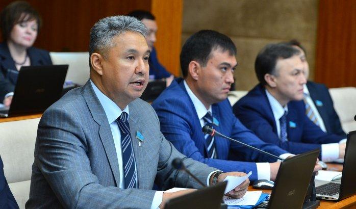 «Парламентте оппозиция пайда болады, олар үнсіз отырмауы керек» - Азат Перуашев
