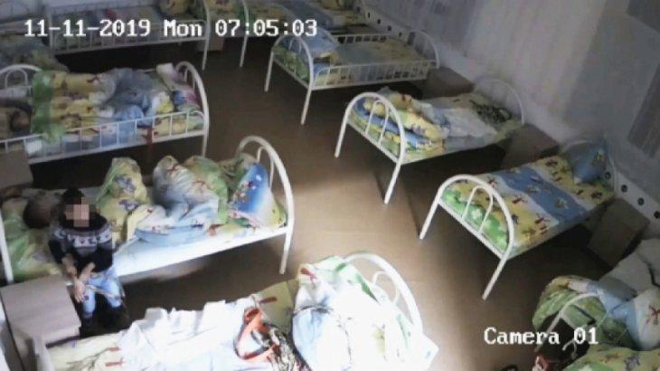 «Түні бойы төсекте байлаулы қалған»: Павлодарда кемтар балаларды азаптаған педагогтар сотталды
