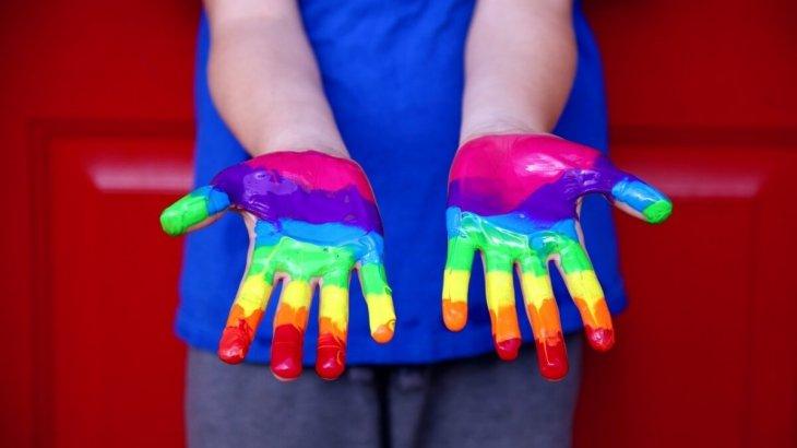 «Үкіметтен ЛГБТ адамдарын саяси қуғын-сүргін құрбандары ретінде ресми түрде тануды ТАЛАП ЕТЕМІН!»- белсенді
