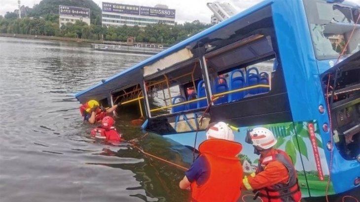 Автобус көлге құлап, 21 адам көз жұмды (ФОТО)