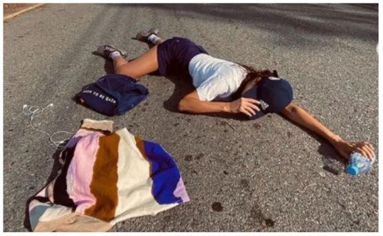 «Талып қалған ба?»: жолдың үстінде етбетімен жатқан Гүлназ Жоланованың қылығын жұрт түсінбей жатыр