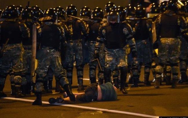 Минскіде Лукашенконың жеңісін мойындамаған халық полициямен қақтығысты (ВИДЕО)