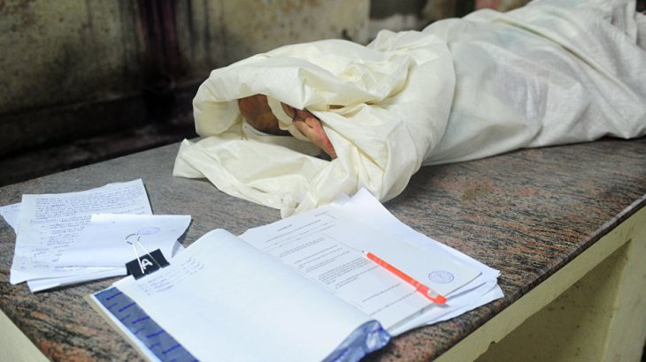 «Анамды қаппен жерледік»: Ақтөбеде әке-шешесінен қатар айрылған әйел медицина мамандарына қапалы