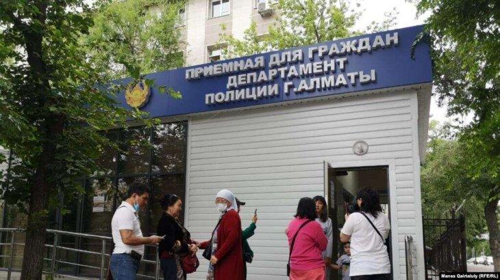 Полицейлер Қазақстанның бірнеше қаласында белсенділердің үйін тінтіп, қамауға алды