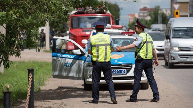 Павлодарда ер адам полицейлердің көлігіне түкіріп кетті