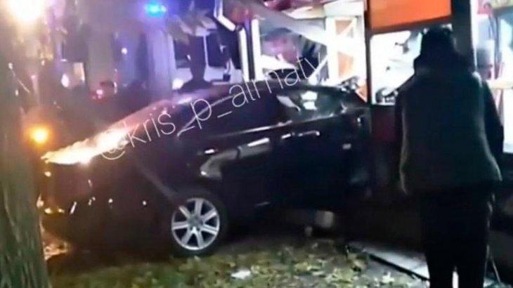 Көлік тізгінінен айрылып қалған Lexus жүргізушісі дөнер дүңгіршегіне кіріп кетті (ВИДЕО)
