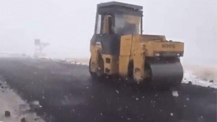 Алматы облысында жұмысшылар қар жауған кезде асфальт төсеген (ВИДЕО)
