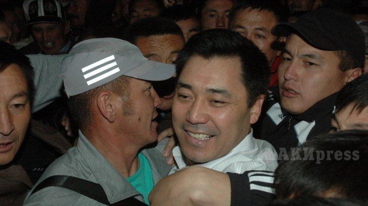 Садыр Жапаров өзін президенттің міндетін атқарушы ретінде жариялады (ВИДЕО)
