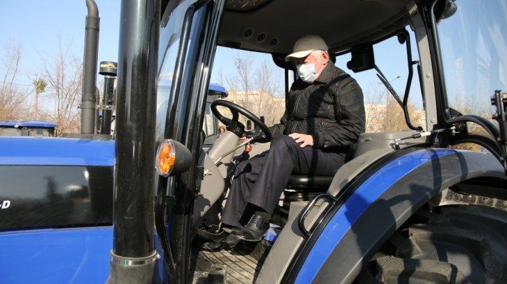 Бердібек Сапарбаев Қазақстанда жасалған тракторды жүргізіп көрді