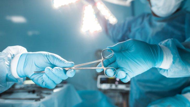 Хирург операция жасау кезінде көз жұмды
