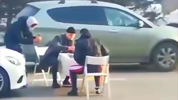 Алматыда жол бойында шахмат ойнаған пранкерлерге айыппұл салынды