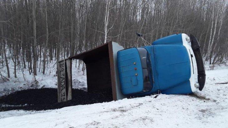 Солтүстік Қазақстан облысында көмір тиелген жүк көлігі аударылып қалды