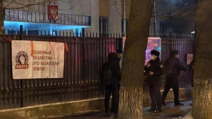 «Солтүстік Қазақстан - қазақ жері!»: Ресей елшілігінің алдына осындай жазуы бар плакат ілінді
