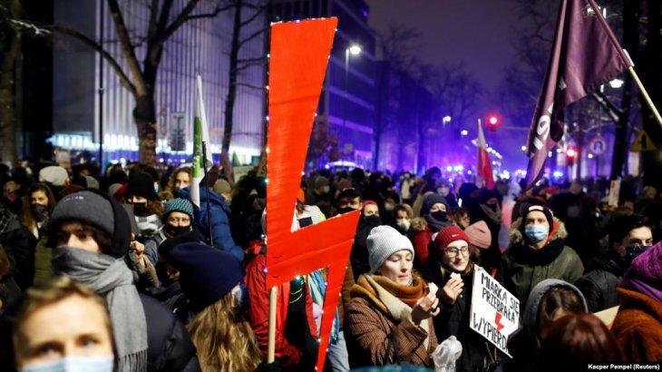 Польшада абортты тыюға қарсы ірі наразылық акциясы өтті