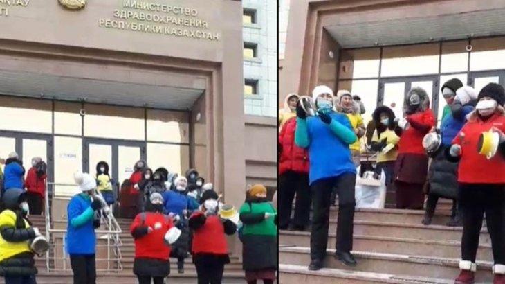 «Біз вакцинацияға қарсымыз»: түрлі-түсті киім киген әйелдер министрлік алдында шу шығарды