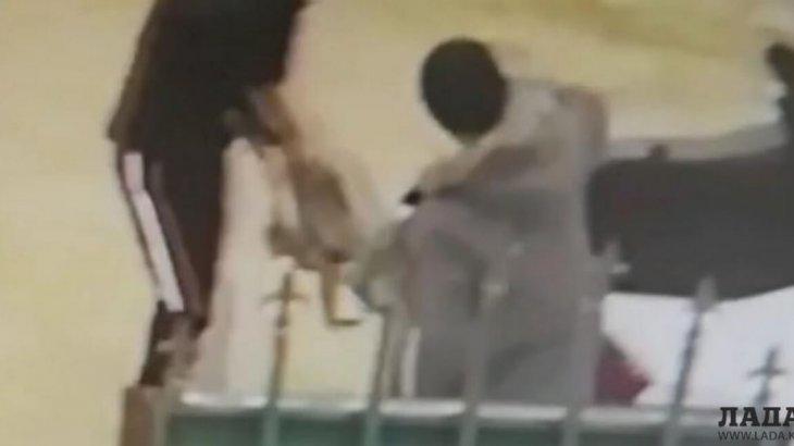 Ақтаудың жас жігіттері өлген итті ветеринарлық емхананың алдына тастап кетті (ВИДЕО)