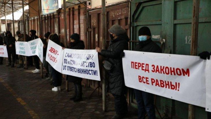 Алматыдағы «Барахолка» базарының 300-ге жуық сатушысы наразылыққа шықты