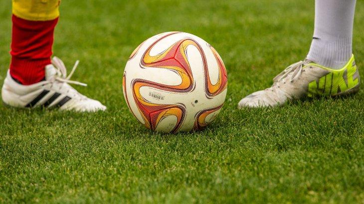 Атырау стадионында төреші футболшыны ұрған (ВИДЕО)