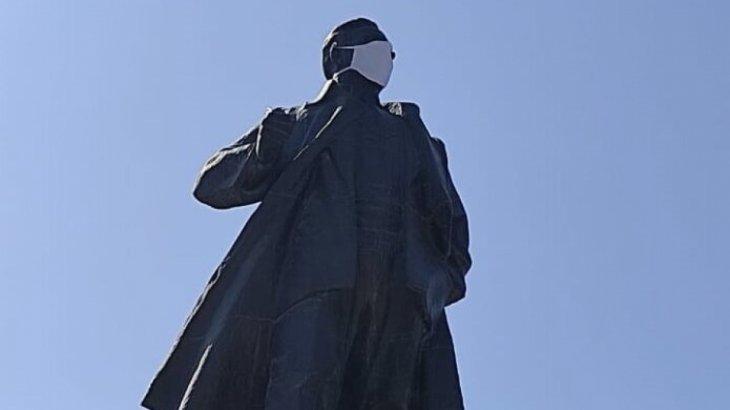 Шымкентте белгісіз біреулер Тұрар Рысқұловтың ескерткішіне маска тағып кеткен