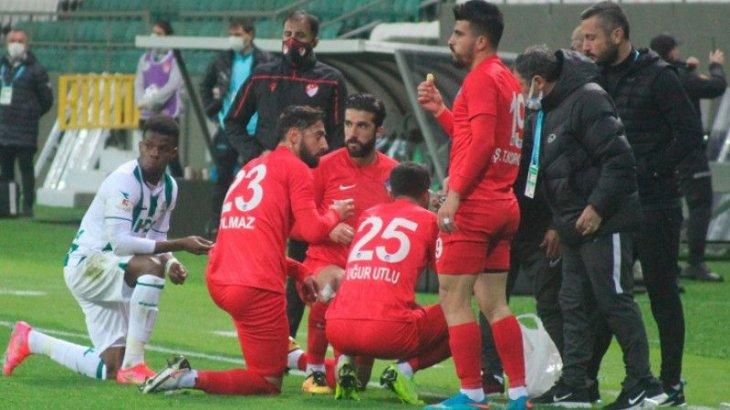 Түркияда Ораза ұстаған футболшылар тамақтануы үшін матчты тоқтатқан