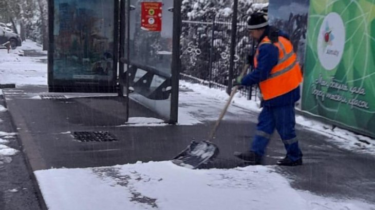 «400-дей техника жұмсадық»: Алматыны қар басып қалды