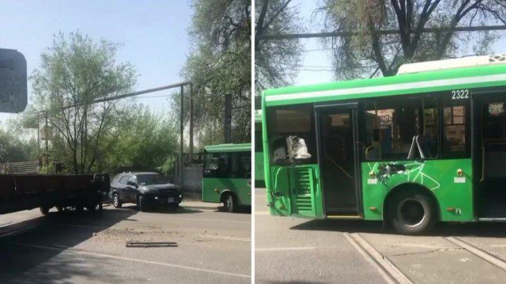 Алматыда автобус жүргізушісі тепловозды соғып кетті