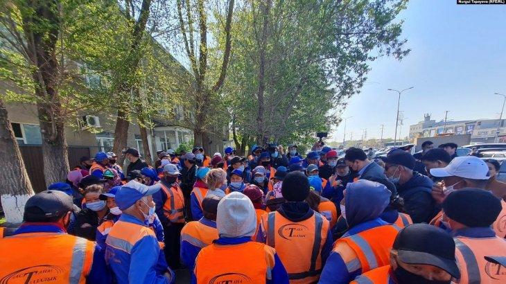 «Айлық аз»: Астана Тазалық жұмысшылары митингке шықты