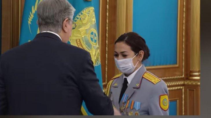 «Погонды ана»: көп балалы полиция қызметкері Тоқаевтың қолынан «Құрмет» орденін алды