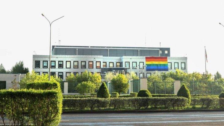 «Төр қазақтікі. АҚШ елшілігі есін жисын!» белсенді жастар елшілікке ЛГБТ туы үшін кешірім сұрауды талап етті (ВИДЕО)