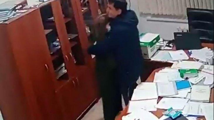 Мектеп директоры мен орынбасарының арасындағы «ашық махаббат» көптің ашуын туғызды (ВИДЕО)
