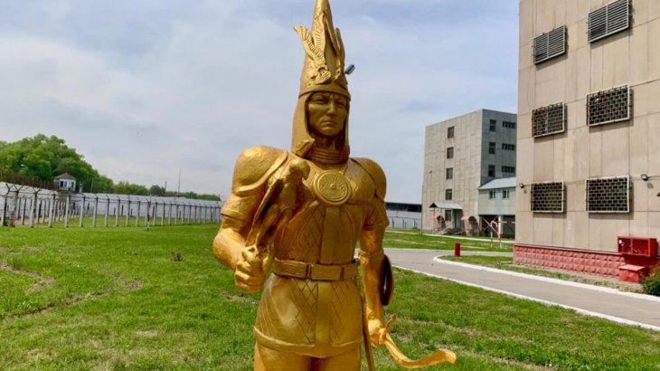 Алматыда сотталған жігіттер қалдықтан «Алтын адам» мүсінін жасап шықты