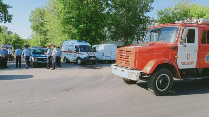 «Бомба қойылған»: Павлодарда мектептер мен колледжден адамдарды эвакуациялады