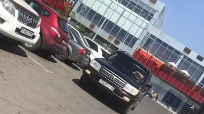Демалыс күні қызметтік Land Cruiser көлігімен Павлодарға келген аудан әкімінің басы дауға қалды