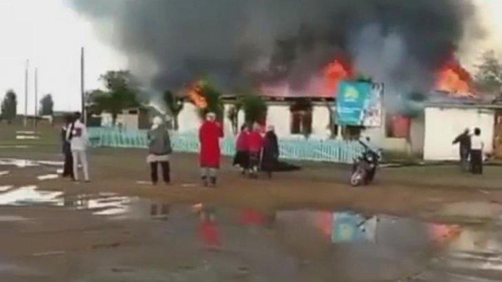 «Алдымен шатыры жанды»: Ақтөбеде ауыл клубы өртенді