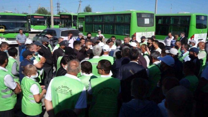 Семейде автобус жүргізушілері тағы да наразылыққа шықты