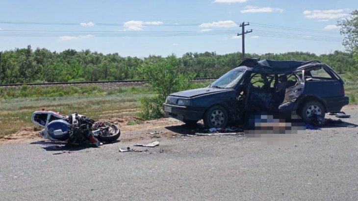 Оралда мотоцикл мен жеңіл көлік соқтығысып, жүргізушілер мерт болды