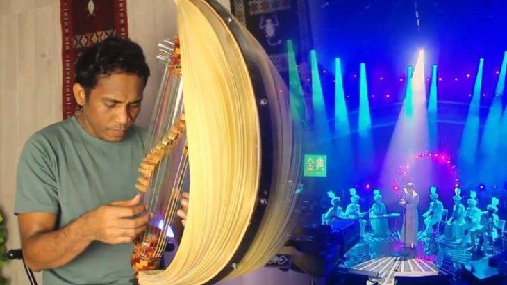 Индонезиялық музыкант «Дайдидау» әнін көне аспапта орындады (ВИДЕО)