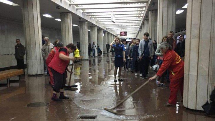 Мәскеуде нөсер жауыннан соң көшелер мен метро станциясын су басты