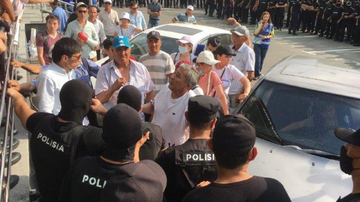 Алматыдағы митинг кезінде бірнеше адам соққыға жығылған