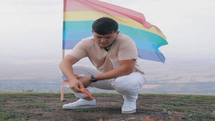 Қазақстандық блогер ЛГБТ жалауын өртеді (ВИДЕО)