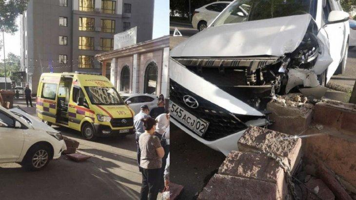 «Көліктің ортасында қысылып қалған»: Алматыда жүргізуші тротуарда екі қызды қағып кетті