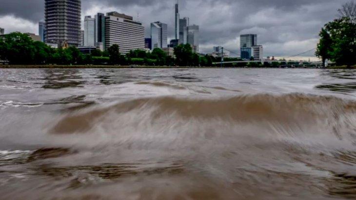 Германияда су тасқынынан 30 адам жоғалып кетті (видео)