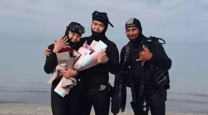 Ақтаулық жігіт сүйіктісіне Каспий теңізі түбінде үйленуге ұсыныс жасады (ВИДЕО)