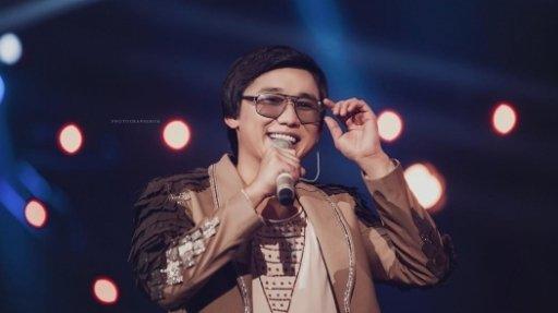 «Алакөлде коронавирус жоқ»: Қайрат Нұртас жүздеген адамға концерт берді (ВИДЕО)
