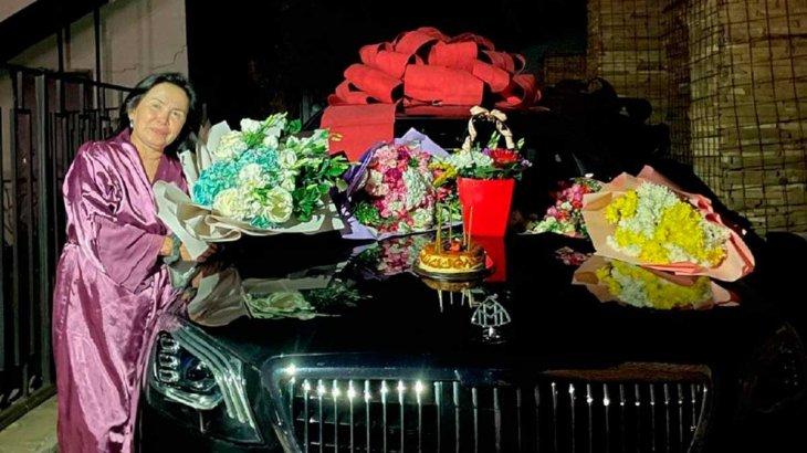 Атышулы блогер Айжан Байзақова анасына қымбат көлік сыйлады (ФОТО)