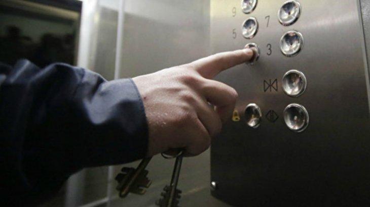 Нұр-Сұлтандағы тұрғын үй кешенінің лифтінде ер адамды тоқ соқты